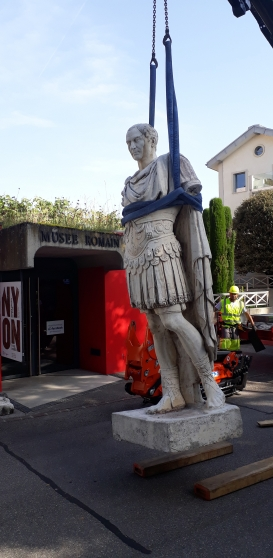 Removal of the statue of Julius Caesar for its replacement, 2019.© Musée romain de Nyon